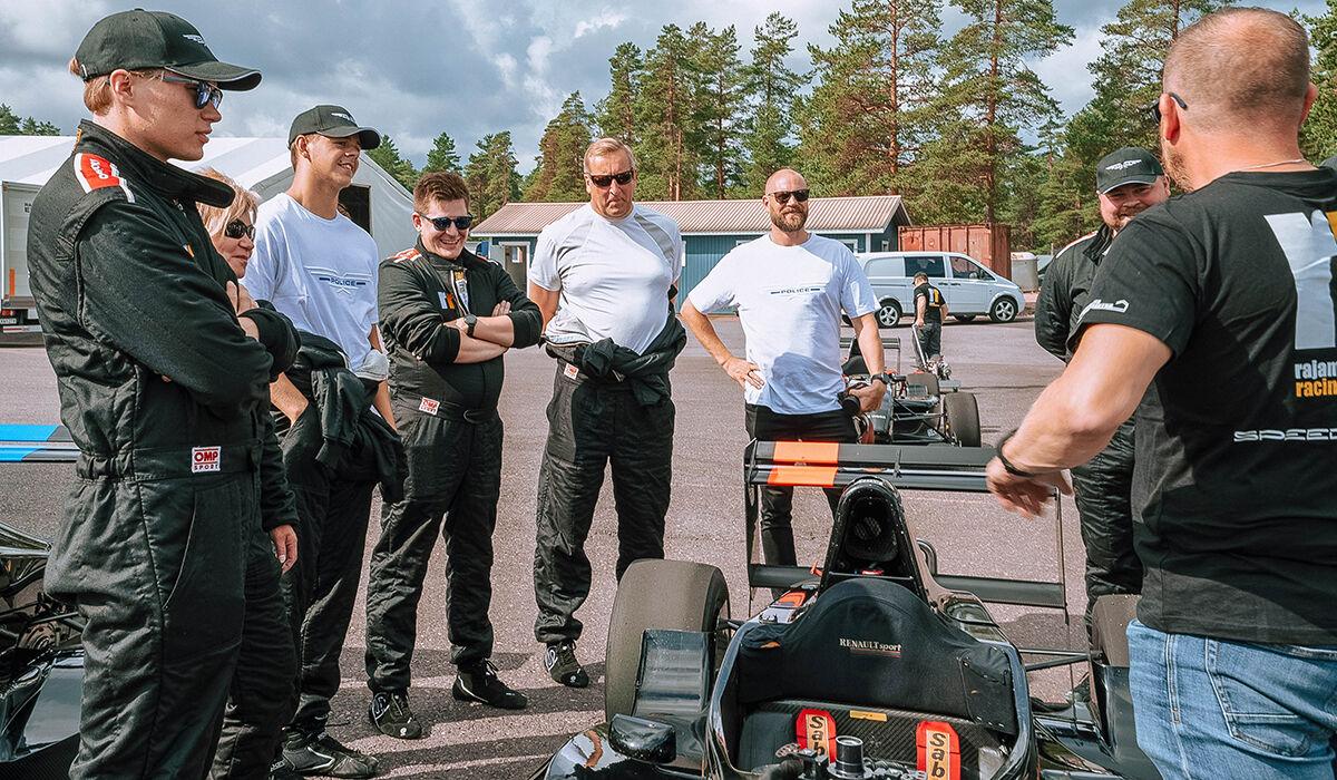 Jaakko Parkkali, Minna Pulkkinen ja Niko Konttinen kuuntelemassa viime hetken ohjeita ennen formulan rattiin istumista.