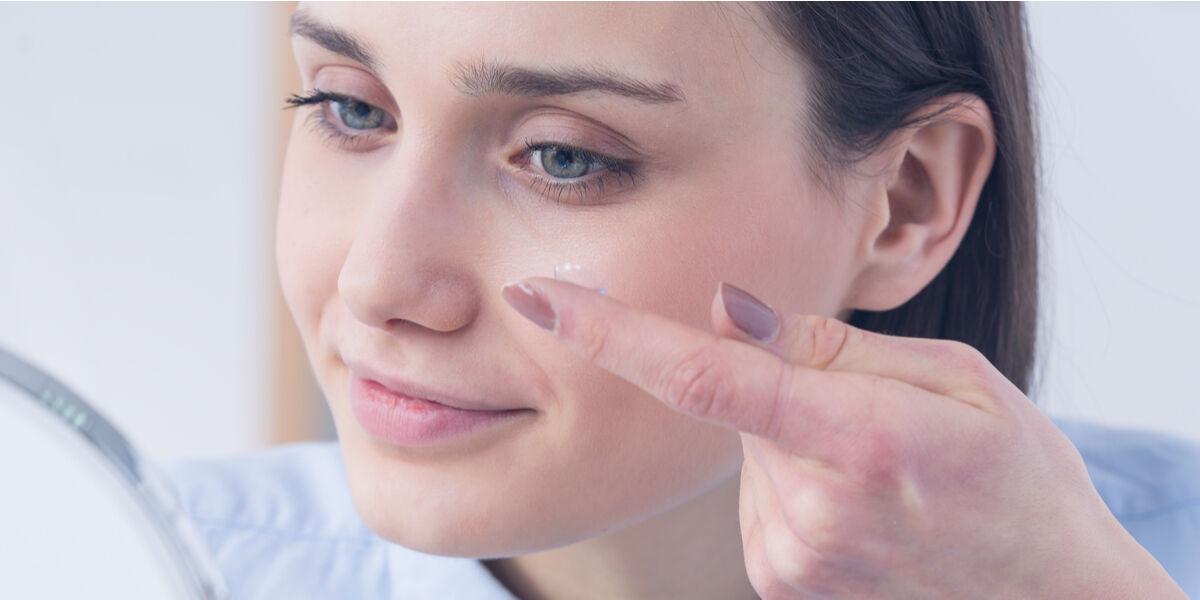 Piilolinssien ensisovituksessa harjoitellaan piilolinssien käyttöä yhdessä optikon kanssa.