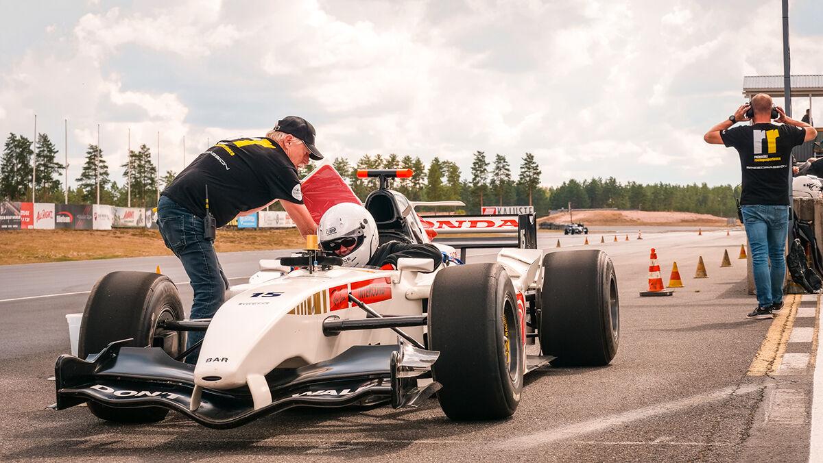 Minna Pulkkinen lähdössä moottoriradalle testaamaan oikeaa F1 formula-autoa.