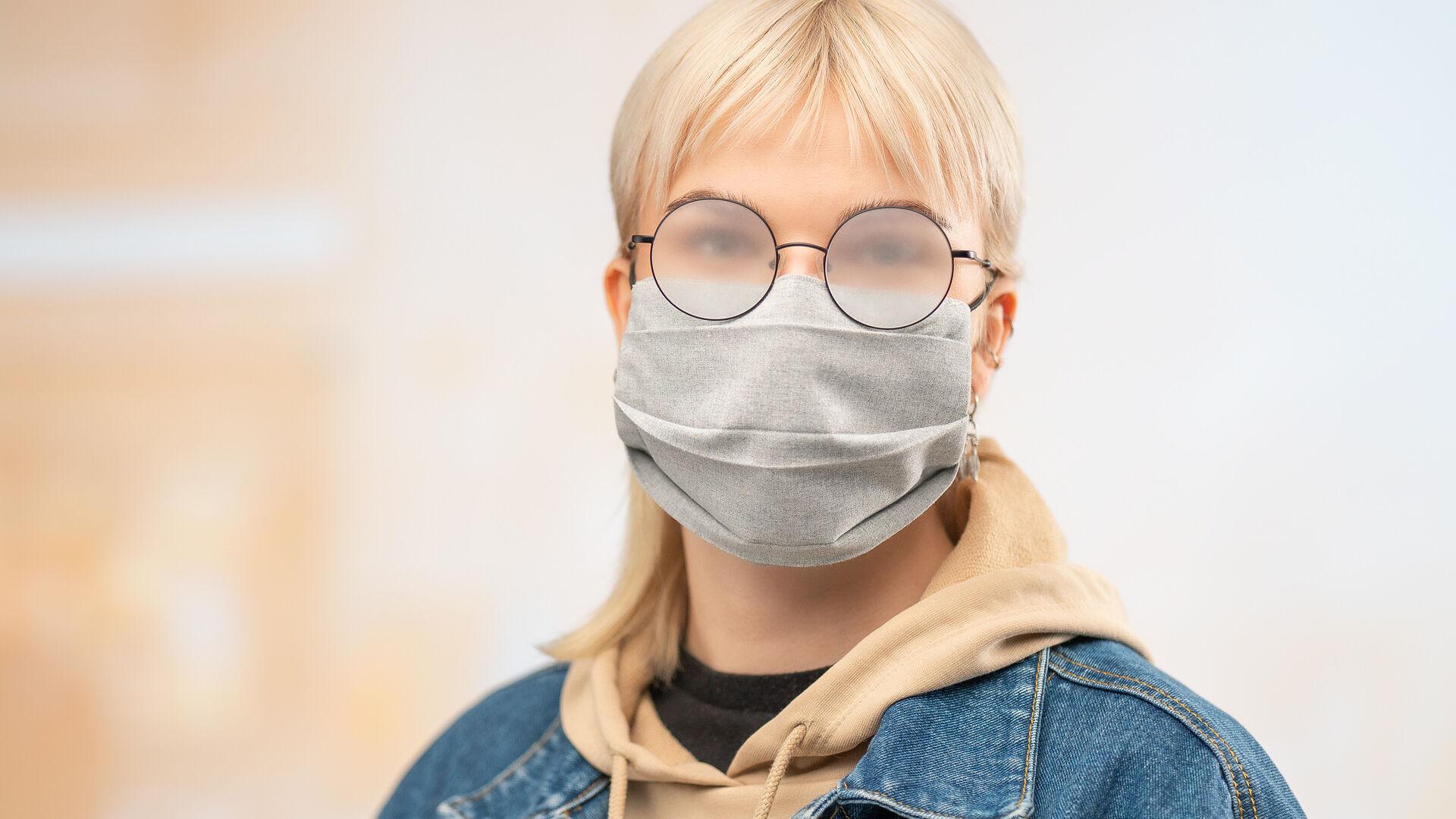 Kasvomaski ja silmälasit: miten estää silmälasien huurtuminen maskin kanssa