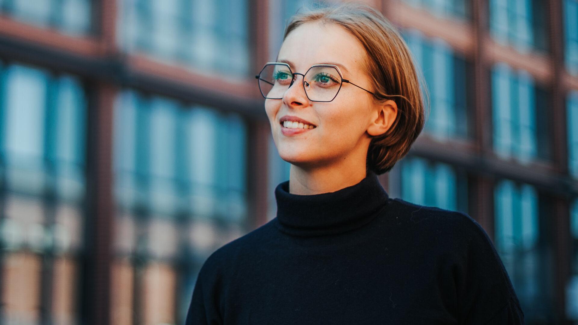 Kesän silmälasimuoti 2021 on vahva sekoitus särmää ja retroa