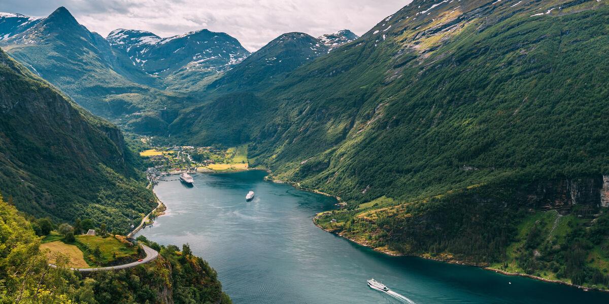 """""""Olen saanut kokea monia näkemisen arvoisia asioita. Viime kesältä jäi mieleen Norjasta Geirangerinvuono, sen serpentiinitiet ja maisemat"""", Tenhunen maalailee."""